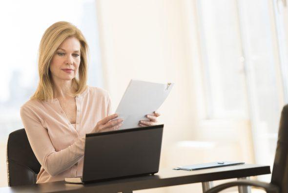 Drie op het vier werkgevers krijgen bij maken betreffende leugens met cv